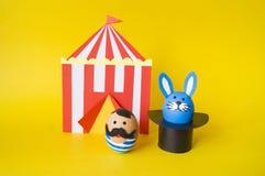 Begreppet av påsken med gulliga och gladlynta handgjorda ägg Arkivfoton