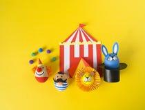 Begreppet av påsken med gulliga och gladlynta handgjorda ägg Fotografering för Bildbyråer