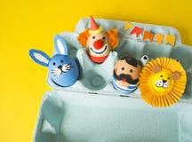 Begreppet av påsken med gulliga och gladlynta handgjorda ägg Arkivfoto