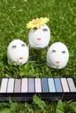 Begreppet av påsken som målar ägg, smink på grön bakgrund Royaltyfria Foton