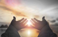 Begreppet av räddning för gud` s: Öppna mänskliga händer gömma i handflatan upp dyrkan arkivbilder