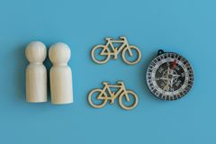 Begreppet av resanden på cyklar, en sund livsstil Trädiagram av folk och aeolopes på en blå bakgrund royaltyfria foton