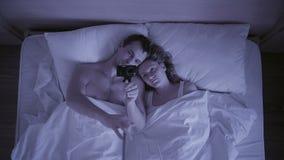 Begreppet av sömnlöshet, paren kastar i hans sömn, en bästa sikt stock video