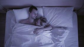 Begreppet av sömnlöshet, paren kastar i hans sömn, en bästa sikt arkivfilmer