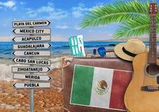 Begreppet av sommarresanden med den gamla resväskan och den Mexico staden undertecknar Royaltyfri Foto