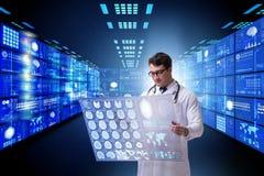 Begreppet av telemedicine med den manliga doktorn fotografering för bildbyråer