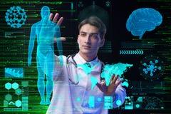 Begreppet av telemedicine med den manliga doktorn Arkivbild
