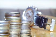 Begreppet av tid ?r pengar Pengar framme av klockan i affär, tid och pengar royaltyfri bild