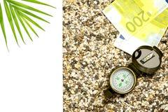 Begreppet av turism Kompasset med euro ligger på sanden, till vänstersidan är ett ställe för textisolat fotografering för bildbyråer