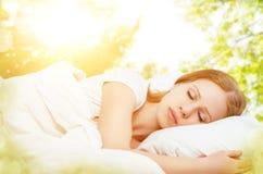 Begreppet av vilar och avkoppling kvinna som sover i säng på bacen fotografering för bildbyråer