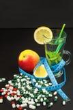 begreppet bantar Behandling av fetma banta strängt Frukter som bantar mat Royaltyfria Bilder