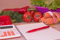 begreppet bantar Låg-kalori grönsaker bantar Banta för viktförlust Mäta bandet och grönsaker på tabellen Royaltyfria Bilder