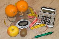 begreppet bantar Låg-kalori grönsaker bantar Banta för viktförlust Mäta bandet och grönsaker på tabellen Arkivbilder