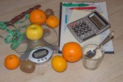 begreppet bantar Låg-kalori grönsaker bantar Banta för viktförlust Mäta bandet och grönsaker på tabellen Royaltyfri Foto