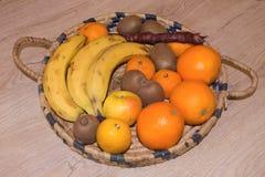 begreppet bantar Låg-kalori grönsaker bantar Banta för viktförlust Mäta bandet och grönsaker på tabellen Royaltyfri Bild