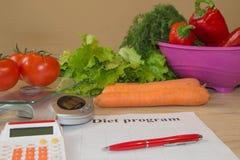 begreppet bantar Låg-kalori grönsaker bantar Banta för viktförlust Mäta bandet och grönsaker på tabellen Royaltyfria Foton