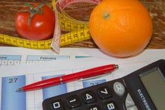begreppet bantar Låg-kalori grönsaker bantar Banta för viktförlust Mäta bandet och grönsaker på tabellen Royaltyfri Fotografi