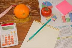 begreppet bantar Låg-kalori grönsaker bantar Banta för viktförlust Mäta bandet och grönsaker på tabellen Arkivfoton