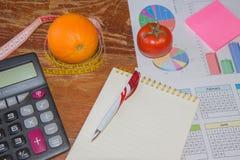 begreppet bantar Låg-kalorin bantar Banta för viktförlust mäta bandet, citrusfrukt och vegetarian på tabellen Royaltyfri Foto