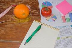 begreppet bantar Låg-kalorin bantar Banta för viktförlust mäta bandet, citrusfrukt och vegetarian på tabellen Arkivfoto