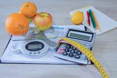 begreppet bantar Låg-kalorin frukt bantar Banta för viktförlust Mäta bandet och frukter på tabellen Vegetarian bantar för vikt Arkivfoton