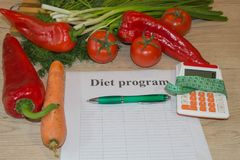 begreppet bantar Låg-kalorin frukt bantar Banta för viktförlust Platta med att mäta bandet och frukter på tabellen Arkivbilder