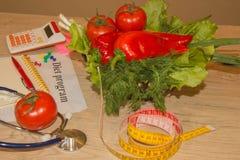 begreppet bantar Låg-kalorin frukt bantar Banta för viktförlust Platta med att mäta bandet och frukter på tabellen Royaltyfri Foto