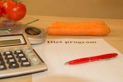 begreppet bantar Låg-kalorin frukt bantar Banta för viktförlust Platta med att mäta bandet och frukter på tabellen Royaltyfri Bild