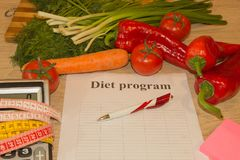 begreppet bantar Låg-kalorin frukt bantar Banta för viktförlust Platta med att mäta bandet och frukter på tabellen Royaltyfri Fotografi