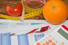 begreppet bantar Låg-kalorin frukt bantar Banta för viktförlust Platta med att mäta bandet och frukter på tabellen Royaltyfria Bilder
