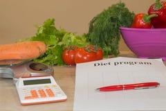 begreppet bantar Låg-kalorin frukt bantar Banta för viktförlust Platta med att mäta bandet och vegetarian på tabellen Arkivfoto