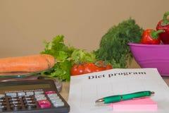 begreppet bantar Låg-kalorin frukt bantar Banta för viktförlust Platta med att mäta bandet och vegetarian på tabellen Royaltyfri Fotografi