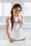 begreppet bantar Lycklig sund kvinna med exponeringsglas av vatten drinkar L Royaltyfri Bild