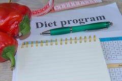 Begreppet bantar och viktförlust på tabellen Sund ny frukt för bantar Fotografering för Bildbyråer