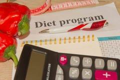 Begreppet bantar och viktförlust på tabellen Sund ny frukt för bantar Arkivbilder
