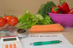 Begreppet bantar och viktförlust på trätabellen Låg-kalori grönsaker bantar Banta för viktförlust Royaltyfri Bild