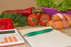 Begreppet bantar och viktförlust på trätabellen Låg-kalori grönsaker bantar Banta för viktförlust Royaltyfri Fotografi