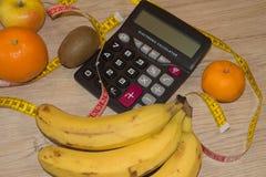 Begreppet bantar och viktförlust på trätabellen Låg-kalorin frukt bantar Fotografering för Bildbyråer