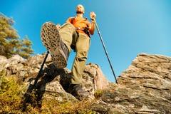 Begreppet den unga mannen med skägget reser till och med berget, det turist- ryggsäckanseendet vaggar på kullen, medan tycka om Fotografering för Bildbyråer