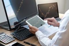 Begreppet för börsmarknaden, lagerför mäklaren som ser grafwor arkivbild