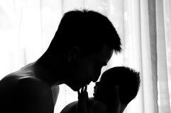 Begreppet för bindning för faderdagen med nyfött behandla som ett barn sjukvård Fadern är spela, och tala med nyfött behandla som Royaltyfri Bild