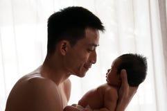 Begreppet för bindning för faderdagen med nyfött behandla som ett barn sjukvård Fadern är spela, och tala med nyfött behandla som Fotografering för Bildbyråer