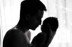 Begreppet för bindning för faderdagen med nyfött behandla som ett barn sjukvård Fadern är spela, och tala med nyfött behandla som Royaltyfri Fotografi