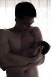 Begreppet för bindning för faderdagen med nyfött behandla som ett barn sjukvård Fadern är spela, och tala med nyfött behandla som Royaltyfria Bilder