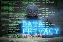 Begreppet för dataavskildhet med en hacker som stjäler personlig information royaltyfria foton