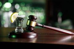 Begreppet för drinkkörning domarehammare, citronexponeringsglas och tequila Dricka inte alkohol och gör royaltyfri foto