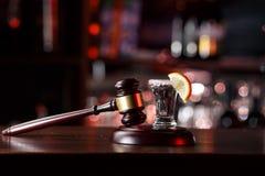 Begreppet för drinkkörning domarehammare, citronexponeringsglas och tequila Dricka inte alkohol och kör inte royaltyfria bilder