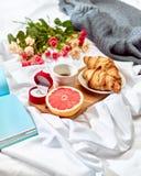 Begreppet för förälskelsebokstav på tabellen med frukosten Royaltyfria Bilder