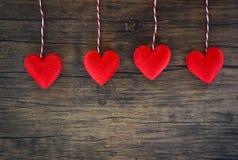 Begreppet för hjärta för valentindagförälskelse/hängande röd hjärta dekorerar på trälantligt arkivbild