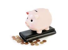 begreppet för klockan för ackumulationsalarmbakgrund isolerade pengarwhite Isolerade pengar och spargris Arkivfoton